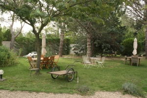 The beautiful tranquil grounds of Le Clos de l'Acacia